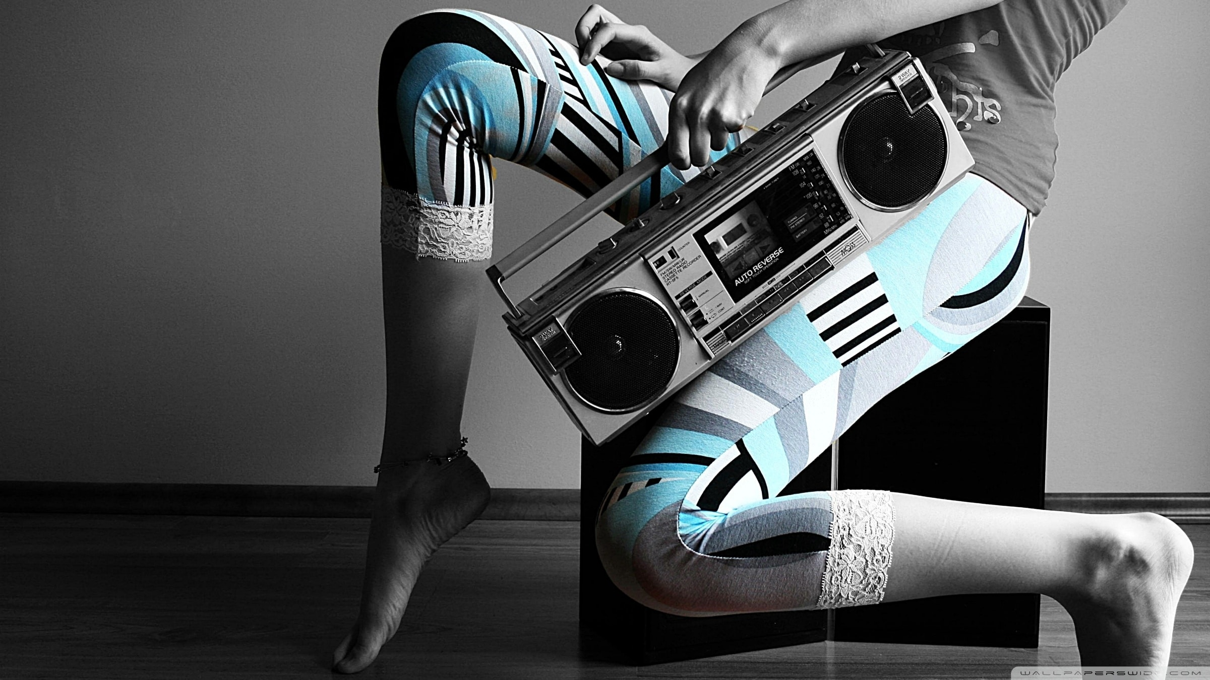 girl_and_tape_recorder-wallpaper-2400×1350